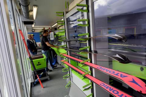 Inne i den fremre containeren er det optimale forhold for å preparere alpinski, og arbeidsmiljøet er vel ivaretatt for de som jobber der.