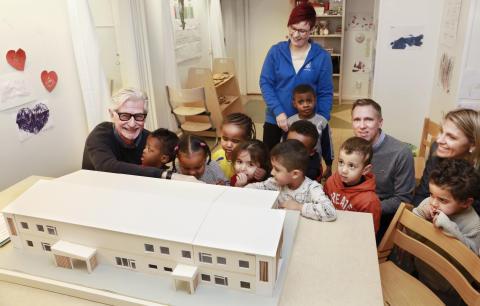 Överlämnande av modell över Vallby förskola
