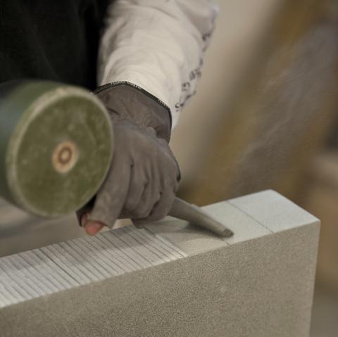 De nya stenarna huggs i Danmark och i Kumla. Där finns det fortfarande kunniga stenhuggare. Originalstenarna utgör mall.