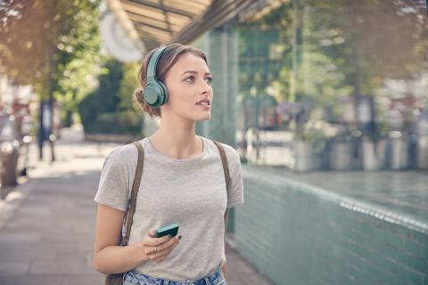 Stijlvolle nieuwe Sony h.ear headphone assortiment in vijf trendy kleuren