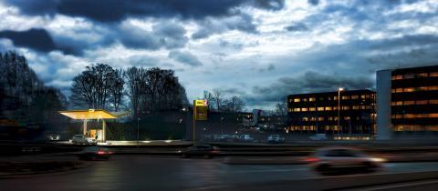 Moderne kontorbygg forsyner elbiler med kortreist drivstoff