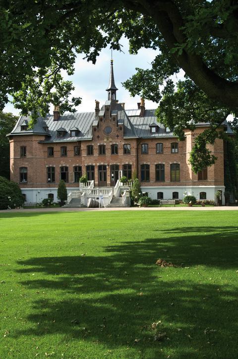 I Sofiero slott i Helsingborg visas konst av kreativa kungligheter