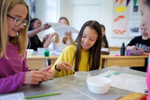 """Sveriges största kemiexperiment: 110 000 barn och unga är med """"Vi vill se nya världsrekord"""""""
