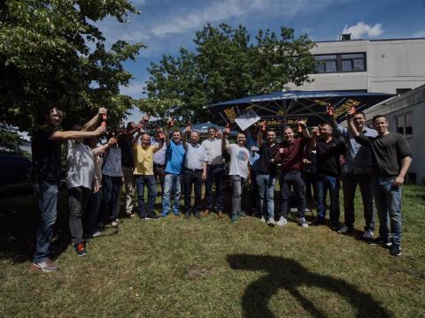 Die Karlsberg-Mitarbeiter feiern ihren Erfolg beim Meininger's International Craft Beer Award bei einem Fest am Brauerei-Standort. Foto: Karlsberg/ Stephan Bonaventura