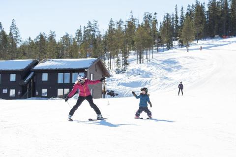 På ski med barn ved Pistbyn i Stöten