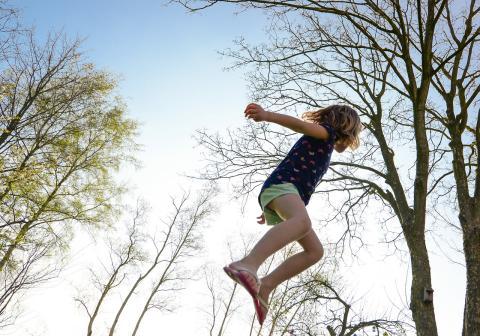 Udnyt den ekstra tid med børnene til at grave trampolinen ned