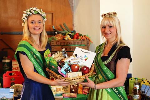 Die Sächsische Blütenkönigin Janett Schnabel und die Sächsische Ernteprinzessin Dominique Hörkner präsentieren Spezialitäten aus der LEIPZIG REGION