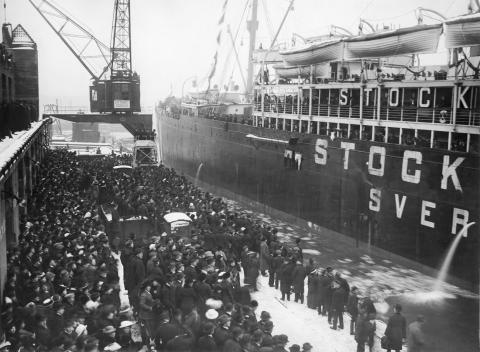 MS Stockholm anlöper