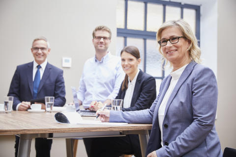 Barbara Höfel (right) in a meeting with employees