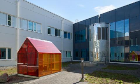 Konstnärligt utformad ventilationstrumma med vattenfall och uppsamling av regnvatten
