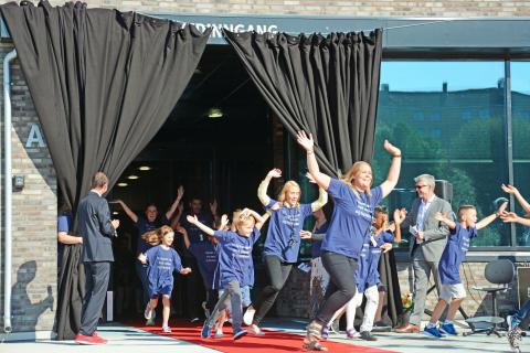 Lykkelige elever har endelig startet på den splitter nye skolen Teglverket.
