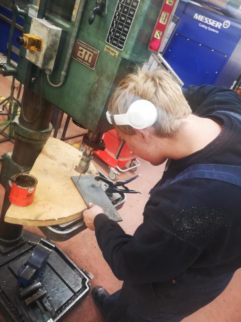 Mikkel arbejder på opgaven