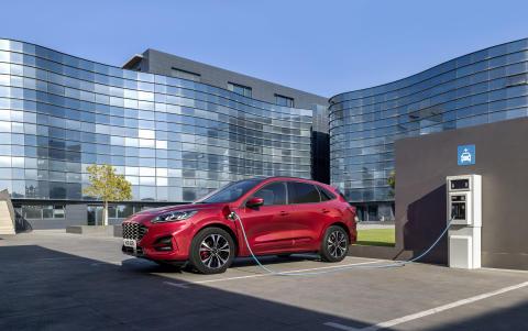 A Ford bemutatja a vadonatúj formatervű, elektromos hajtású új Kuga modellt – az első Fordot, ami egyaránt megrendelhető mild hybrid, plug-in és hybrid hajtással