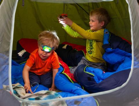 Pimenevien iltojen leikkeihin ja näkyvyyttä taipaleelle – ensimmäinen lapsille suunniteltu Petzl-otsavalaisin