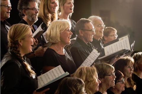 Fem körer sjunger in julen i Lindesbergs kyrka