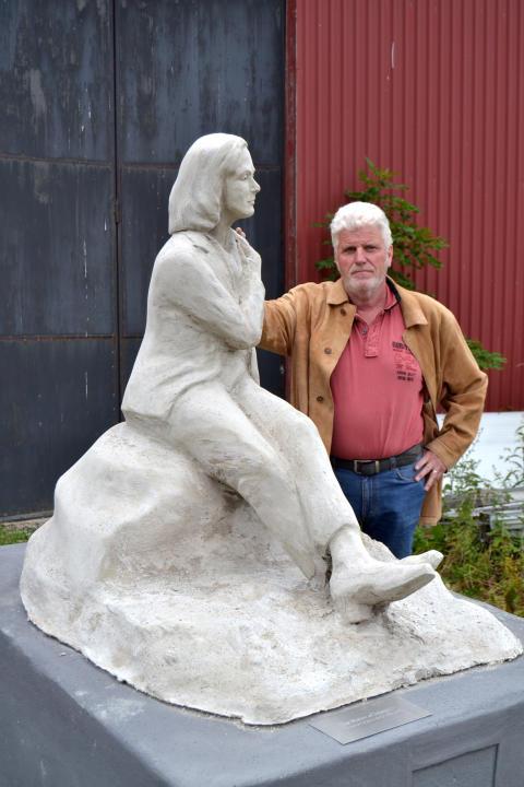 Garbo statyn, Statue of Integrity, samt konstnären Jón Leifsson