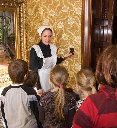 Kammarjungfrun Ottilia visar runt barnen på slottet foto Thomas Carlén