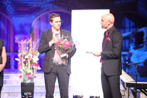 Vinnare av Årets Unga Entreprenör tar emot priset