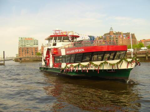Hamburg: neue Fähre im DR-Look getauft