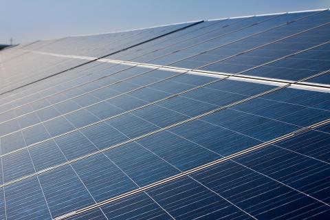 Solskatten sänks, men skapar fortfarande hinder för landstingets solcellssatsning