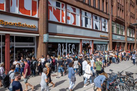 Über 1.000 wartende Kunden bei der SportScheck Wiedereröffnung Hamburg