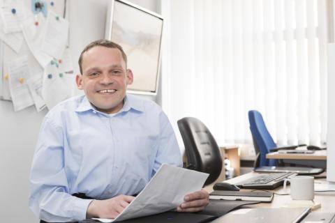 Berufseinstieg mit chronischer Erkrankung - mit diesem Programm hat Bastian es geschafft
