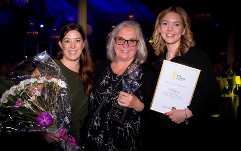 Årets UF Ambassadör blev Marie Dissanayake. Med på bild Annika Sandberg Sparbanken Nord och Carolina Heimdahl regionchef UF.