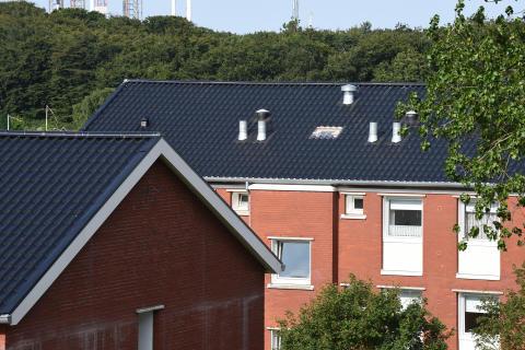 Spangsbjerg Parken i Esbjerg har fået 5.500 kvadratmeter nyt ståltag fra Lindab. Med mange gennemføringer til blandt andet ventilation var kravene til opmåling og produktion store.