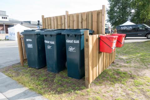 Det finns flera återvinningsstationer på mässområdet.