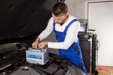 Mechanic with Start-Stop battery