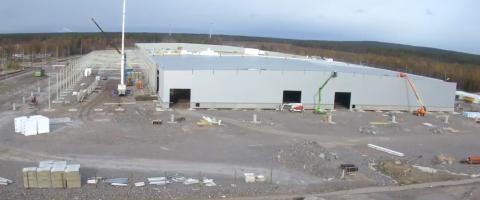 Skalet på plats på Superfabriken och drygt 100 nyrekryteringar klara