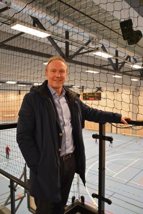 Rektor Audun Årdal er storfornøyd med den nye flerbrukshallen.