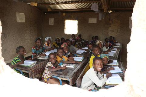 barn som jubler over mulighetene til å gå på skole på en Speed School i Mali
