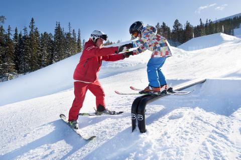 Oskar hjælper i snowparkskolen