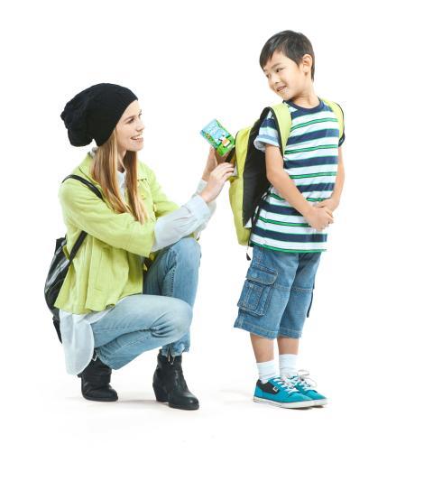 Frau und Kind mit Tetra Brik® Aseptic 250 Base Crystal