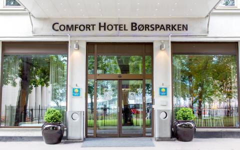 Oslo-hotellene i Comfort Hotel gir spesialdesignede glassengler i signaturfargen hot pink fra Lønn som Fortjent til sine medarbeidere i julegave.