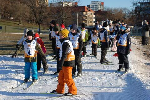 Alla på snö - Barn åker skidor på Gärdet