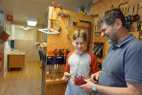 Förskolebarn och tonåringar i Nolhaga samarbetar för att skapa leksaker