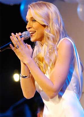 Emila de Poret, sjunger på Stora Nyföretagardagen i Kungsträdgården 28 april