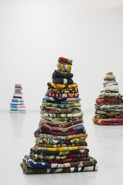 Petra Hultman_Arbete i textil, Mary Hultman (blandade textilier stående)