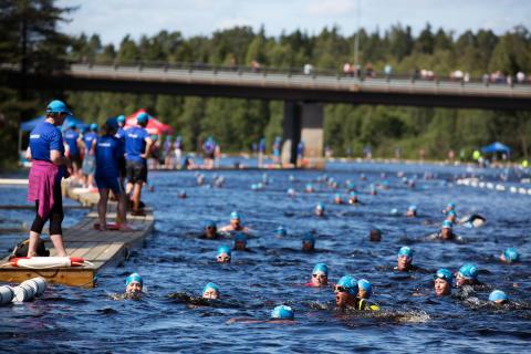 Vansbrosimningen - simmare i Vanån