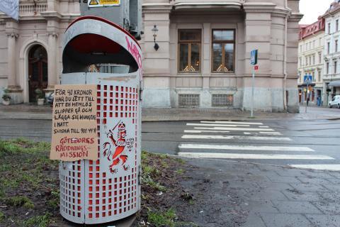 På ett fyrtiotal parkbänkar och soptunnor runt om i stan syns Göteborgs Räddningsmissions gerillakampanj.