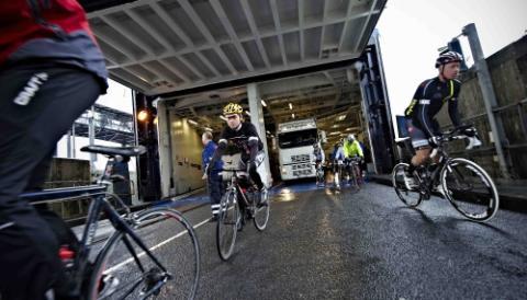 Velankomne i Rødby kørte rytterne fra færgen klar til anden etape mod København