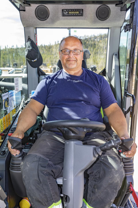 Engcons ergonomiska styrspakar gör det möjligt för Örjan att fortsätta köra grävmaskin