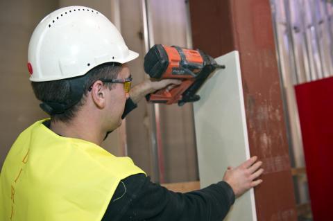 Montering Glasroc F FireCase - brandskydd av stålkonstruktioner. Foto: Anders Nilsson