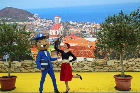 Haus-Garten-Freizeit: Das Messemännchen begrüßt Flamenco-Tänzerin Antonia Geupel