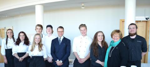 Prins Daniel och elever från restaurang- och livsmedelsprogrammet.