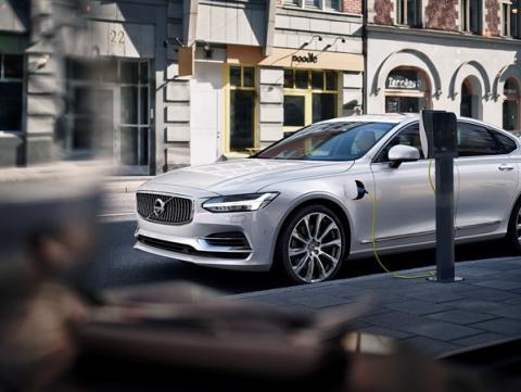 Volvo Cars uppmanar fordonsindustrin att standardisera laddning av elbilar