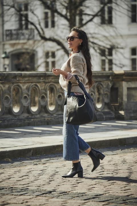 Mascha Vang i klassisk sort støvle fra 'Jodis by Mascha Vang'
