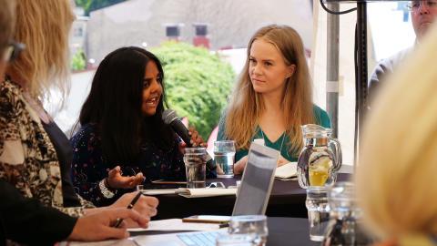 Lihini Wijesinghe (Ordförande, Fler Unga) och Amalia Berglöf (Student i medieteknik).